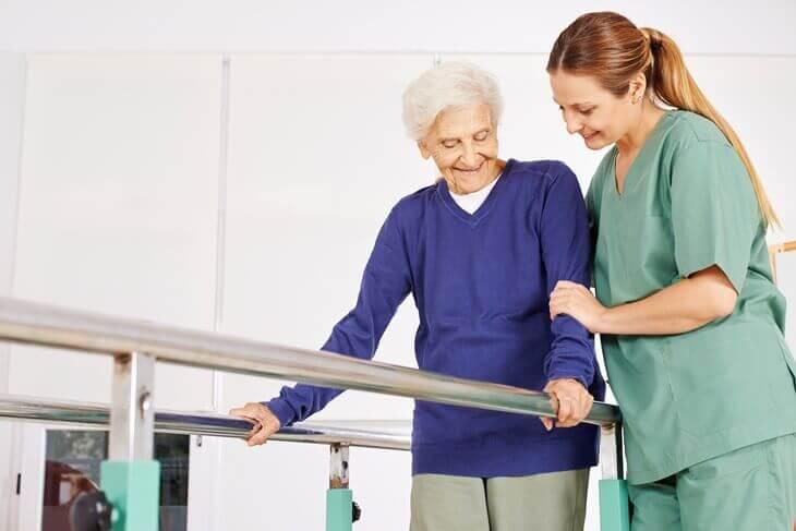 Bild von Seniorin bei der Physiotherapie