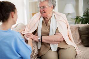 Bild von ambulanter Pflegekraft und älterer Frau