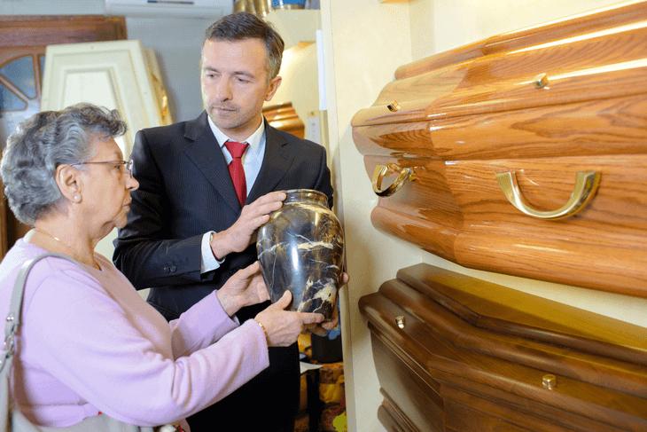 Bild von Frau mit Urne beim Bestatter