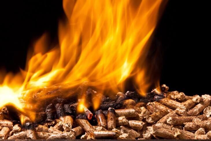 Bild von brennenden Holzpellets