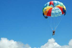 Bild von buntem Fallschirm am Himmel