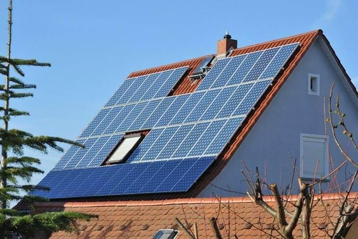 Spitzdach mit montierten Solarmodulen.