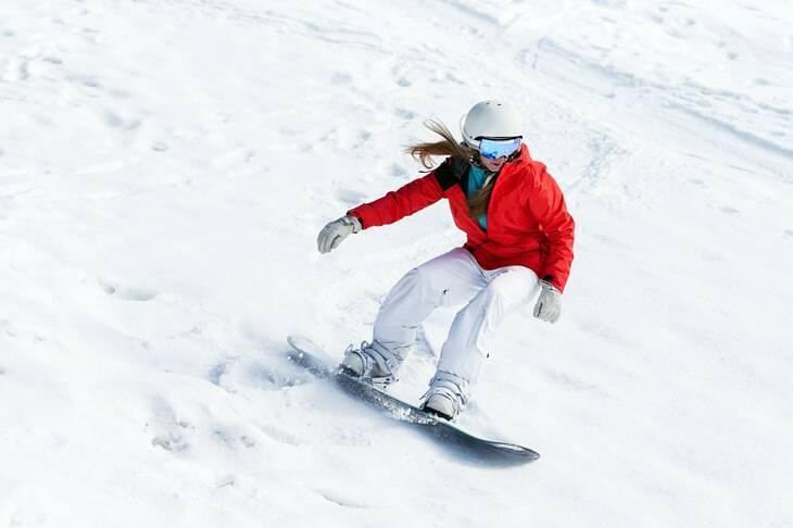 Bild von Mädchen beim Snowboarden