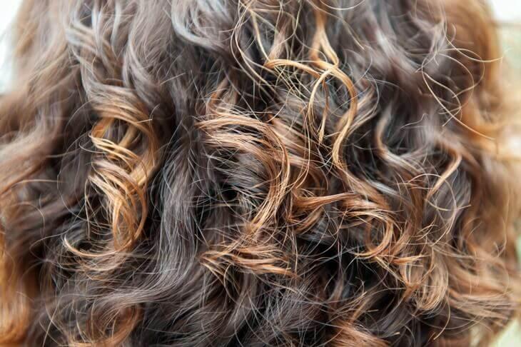 Bild von lockigem, brünetten Haar