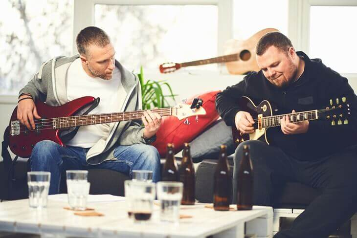 Bild von Mann beim Gitarrenunterricht