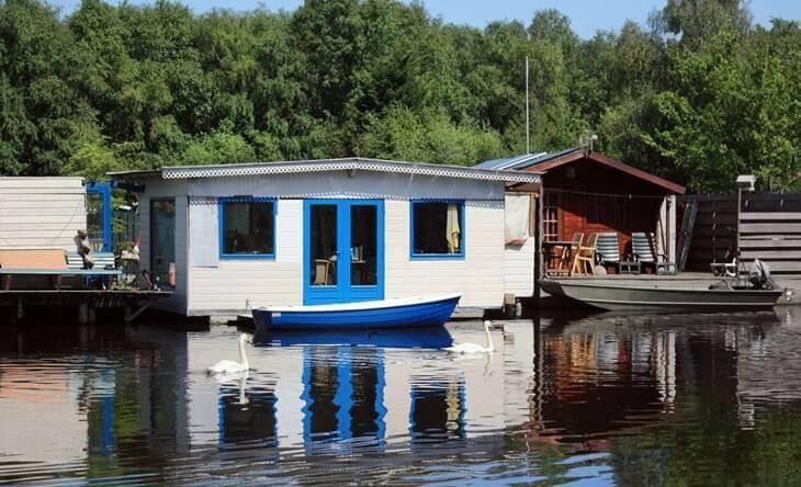 hausboot bauen amp wohnen auf hausbooten floating house. Black Bedroom Furniture Sets. Home Design Ideas