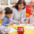Bild von Kindern im Kindergarten, die malen