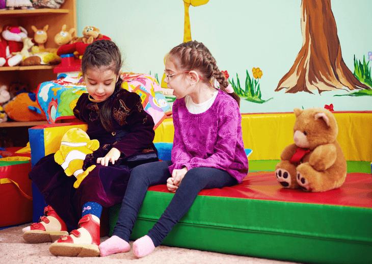 Bild von zwei Mädchen im Kindergarten