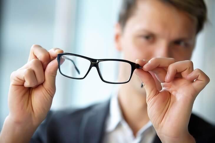 Bild von Mann, der Brille hält