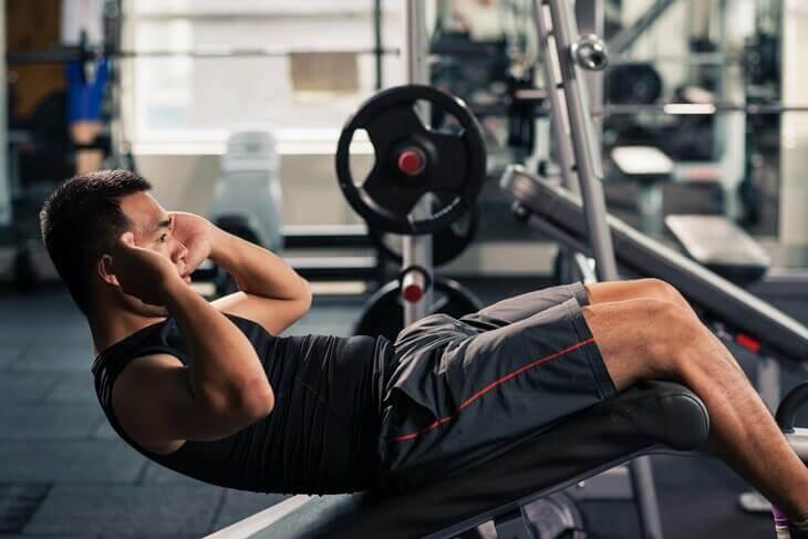 Bild von Mann im Fitnessstudio