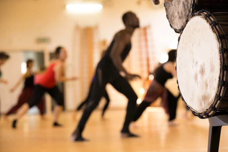 Bild von modernem Tanzkurs und Trommeln