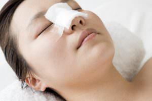 Bild von Patientin nach Nasenkorrektur mit Verband