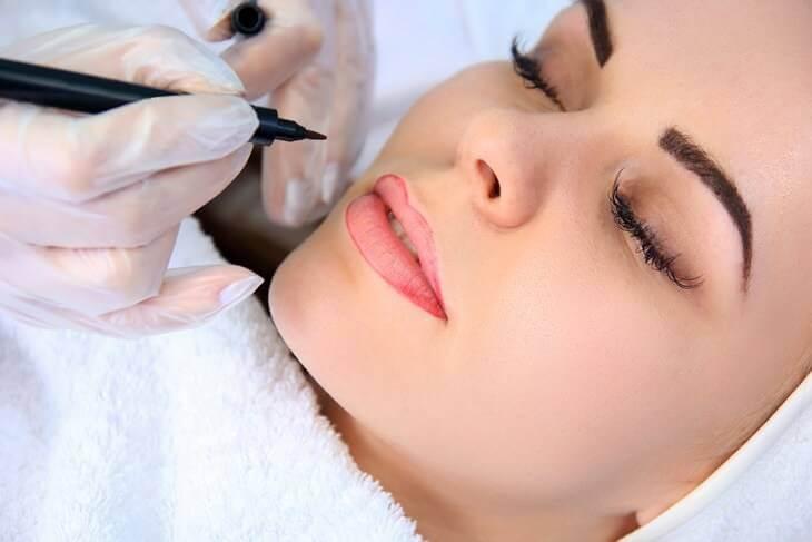 Bild von Frau mit Permanent Make Up auf den Lippen