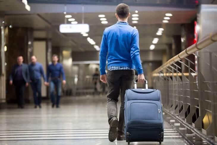 Bild von Mann mit Koffer