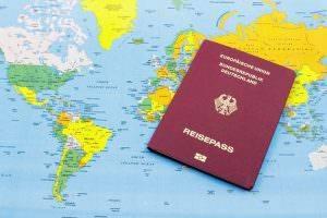 Bild von deutschem Reisepass vor Weltkarte