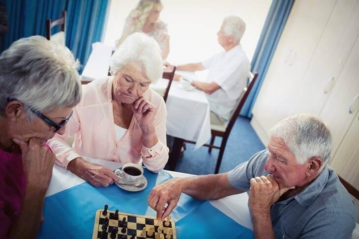 Bild von Senioren beim Schach