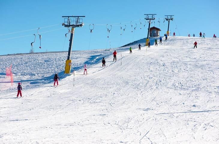 Bild von Skifahrern auf Berg