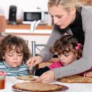 Bild von Tagesmutter und Kindern beim Essen