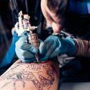 Bild von Tätowierer der Tattoo sticht