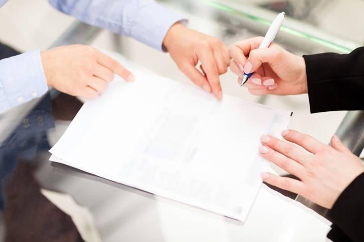 Bild von den Händen zweier Personen, welche einen Vertrag unterschreiben.