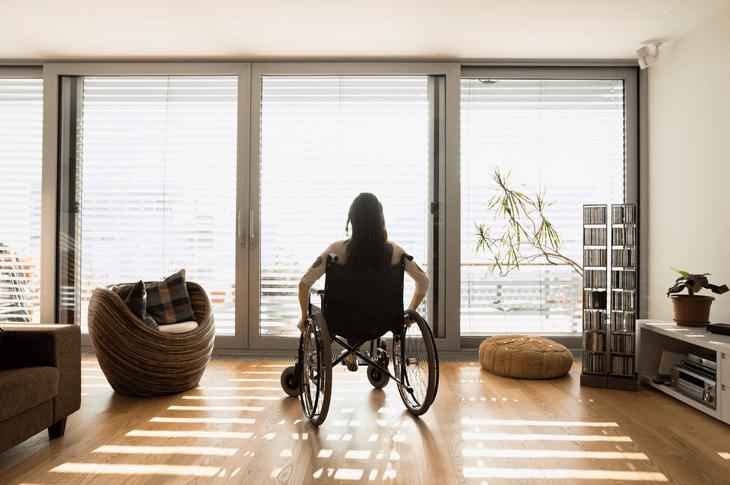 Bild von Frau in Rollstuhl
