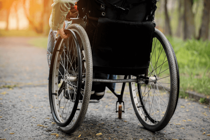 Bild von Rollstuhl draußen