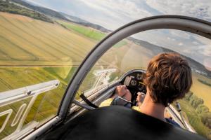 Bild von Junge beim Segelflug