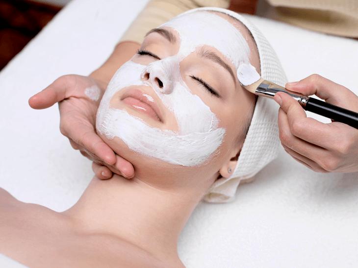 Bild von Frau mit Gesichtsmaske