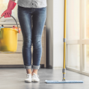 Bild von Haushaltshilfe beim Boden wischen