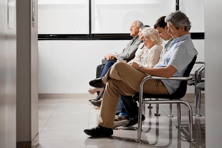 Bild von wartenden Menschen in Behörde