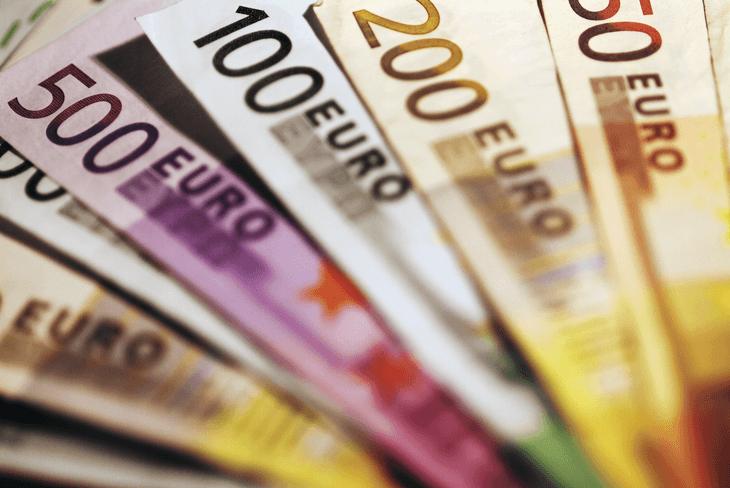 euro_scheine_unsortiert_zu_einem_faecher_geformt