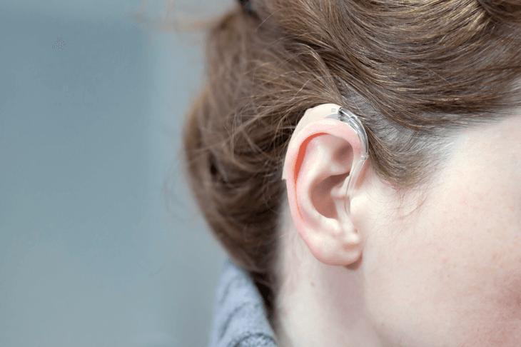 Bild von Frau mit Hörgerät