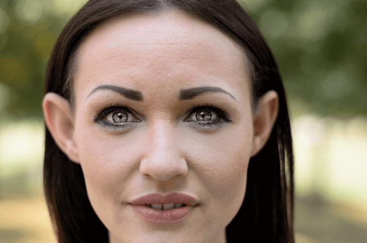 Bild von Frau mit abstehenden Ohren