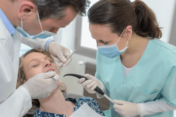 Bild von Zahnärzten bei Parodontosebehandlung