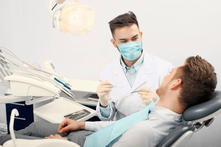 Bild von Mann beim Zahnarzt