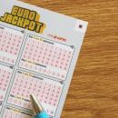 Eurojackpot Schein auf Tisch mit Stift.